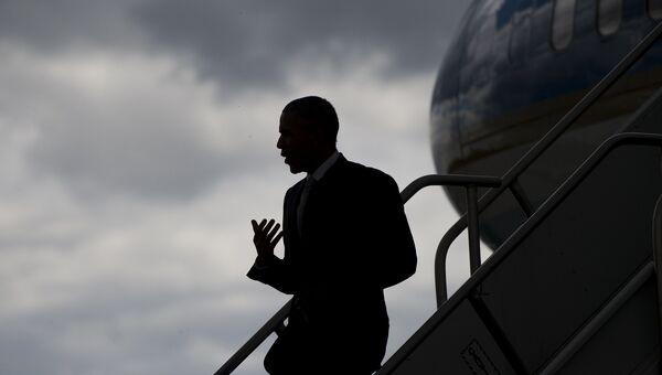 Президент США Барак Обама спускается по трапу самолета в Нью-Джерси. Архивное фото