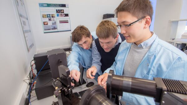 Дмитрий Свинцов и сотрудники лаборатории оптоэлектроники двумерных материалов МФТИ