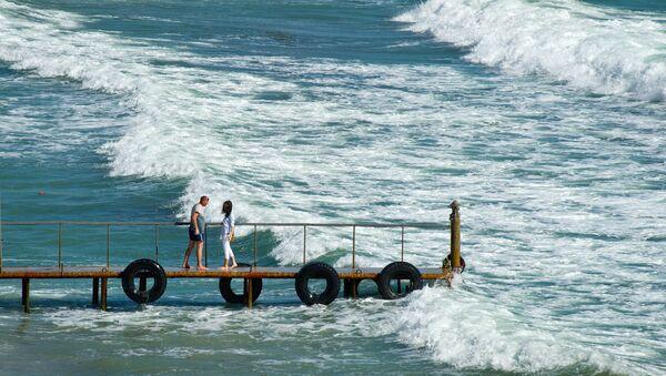 Отдыхающие на берегу Черного моря в поселке Орджоникидзе в Крыму. Архивное фото