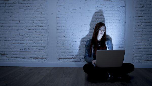 Девушка с ноутбуком. Архивное фото