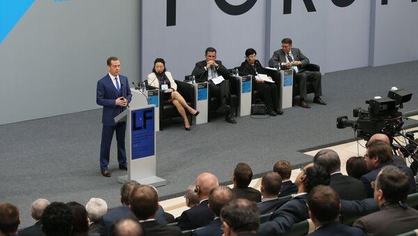 Председатель правительства России Дмитрий Медведев выступает на пленарном заседании Доверие к праву — путь разрешения глобальных кризисов VI Петербургского международного юридического форума в Санкт-Петербурге. 18 мая 2016