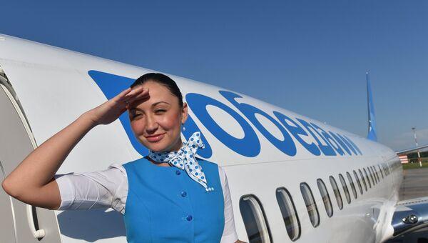 Стюардесса на трапе у самолета российской авиакомпании Победа. Архивное фото