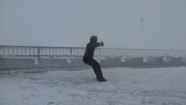 Сильнейший ветер чуть было не сдул человека с горы Вашингтон. Архивное фото.