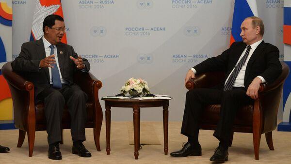 Президент Российской Федерации Владимир Путин (справа) и премьер-министр Королевства Камбоджа Хун Сен во время двусторонней встречи в конгресс-центре гостиницы Рэдиссон Блю Курорт в Сочи