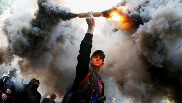 Бойцы Азова во время акции протеста против выборов на Донбассе у Верховной рады Украины в Киеве. 20 мая 2016