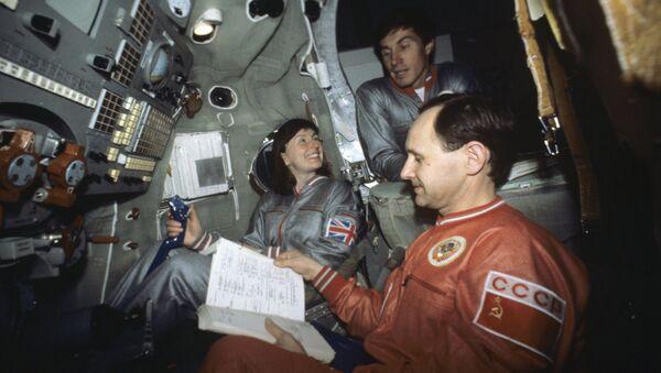 Хелен Шарман, космонавт-исследователь и бортинженер, Герой Советского Союза С. Крикалев и командир корабля, подполковника А. Арцебарский.