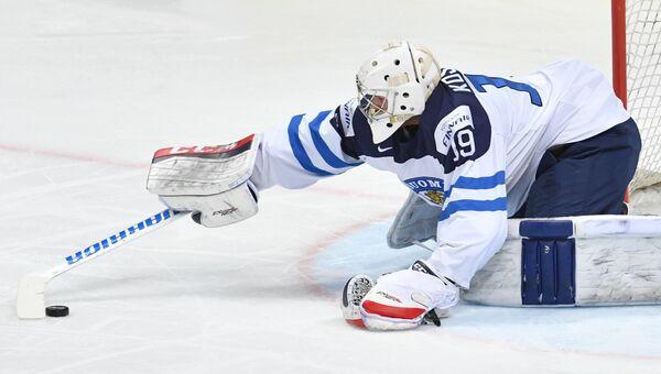 Вратарь сборной Финляндии Микко Коскинен в матче 1/2 плей-офф чемпионата мира по хоккею между сборными командами Финляндии и России