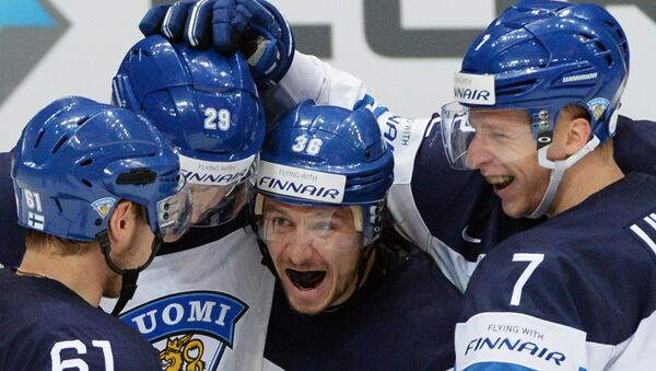 Игроки сборной Финляндии радуются забитому голу в матче 1/2 плей-офф чемпионата мира по хоккею между сборными командами Финляндии и России