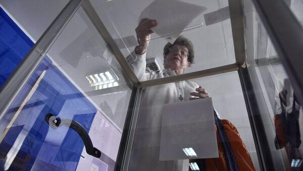 Женщина участвует в голосовании. Архивное фото