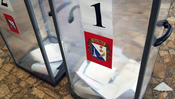 Урны с бюллетенями на избирательном участке в Севастополе в день предварительного голосования за кандидатов от партии Единая Россия, выдвигаемых на выборы в Государственную Думу РФ. Архивное фото