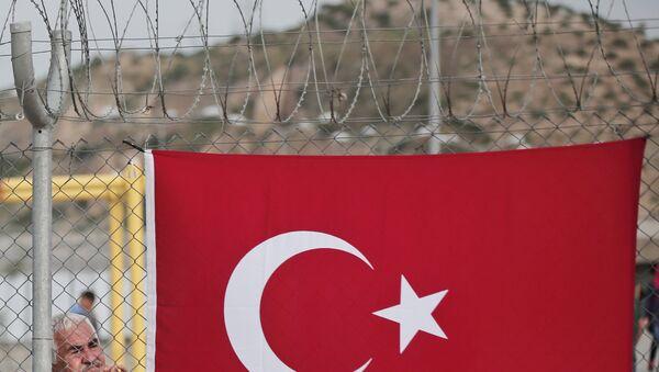 Турецкий флаг на ограждении в легере мигрантов в провинции Газиантеп, Турция.. Архивное фото