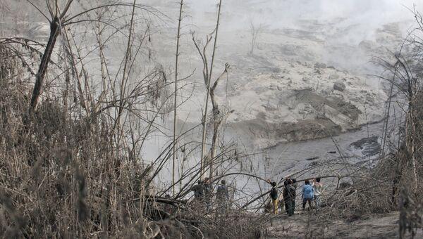 Последствия извержения вулкана Синабунг в Индонезии