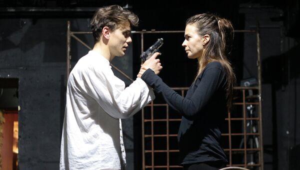Изнаур Орцуев и Агния Дитковските в сцене из спектакля Все в порядке