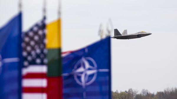 Истребитель ВВС США F-22 Raptor на авиабазе в Литве. Архивное фото