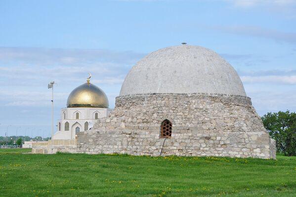 Северный мавзолей (14 век) и – за ним - памятник в честь принятия ислама булгарами в 922 году