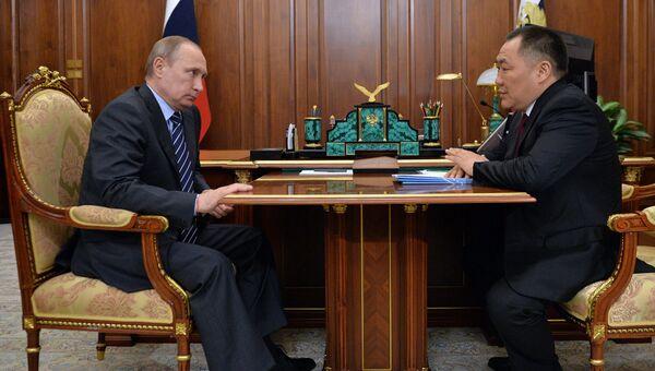 Президент России Владимир Путин и глава Республики Тува Шолбан Кара-оол во время встречи в Кремле. 23 мая 2016
