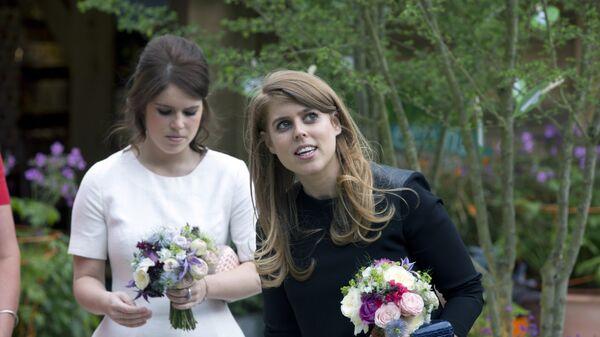Британские принцессы Беатрис (справа) и Эжени на ежегодном цветочном шоу в лондонском районе Челси