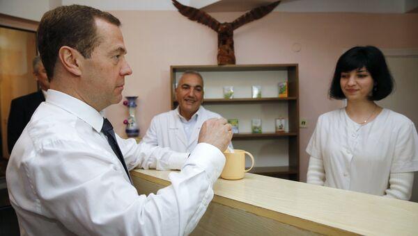 Председатель правительства РФ Дмитрий Медведев во время посещения санатория для детей и детей с родителями Южнобережный в Алупке