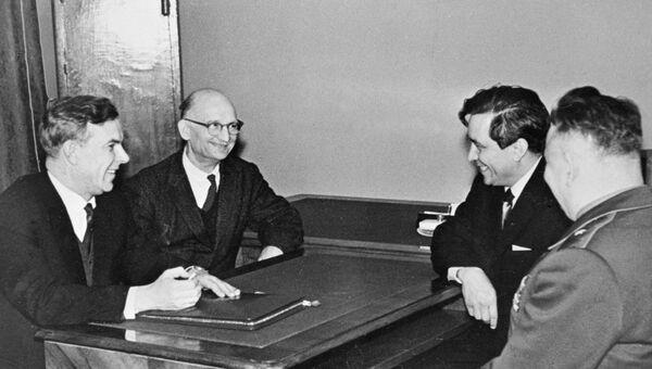 Председатель КГБ при Совете министров СССР Владимир Семичастный принимает советских разведчиков Рудольфа Абеля и Конана Молодого