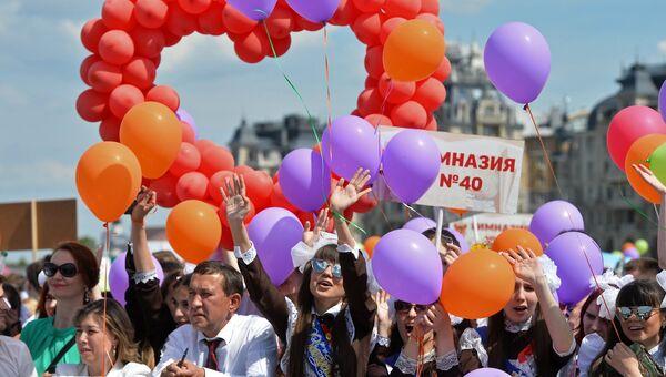 Школьники на празднике Последний звонок на Кремлевской набережной города Казани