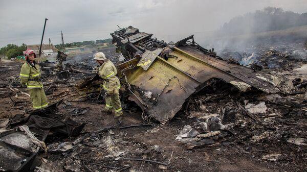 Спасатели работают на месте крушения малайзийского самолета Boeing 777. Архивное фото