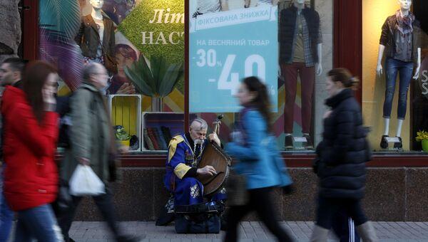 Жители Киева в центральной части города. Архивное фото