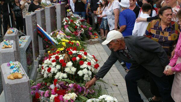 Люди возлагают цветы на церемонии открытия мемориала, установленного в память о жителях Куйбышевского района Донецка и посёлка Весёлый, погибших в результате боевых действий 2014-2016 годов