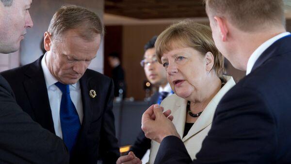 Председатель Евросовета Дональд Туск и канцлер Германии Ангела Меркель на саммите G7 в Сима, Япония