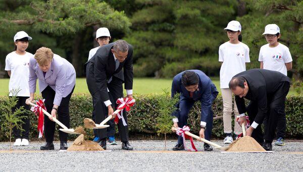 Лидеры стран-участниц саммита G7 принимают участие в посадке деревьев в городе Шима, Япония. 26 мая 2016 года