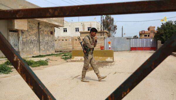 Боец сил самообороны курдской Партии демократического союза (ПДС). Архивное фото