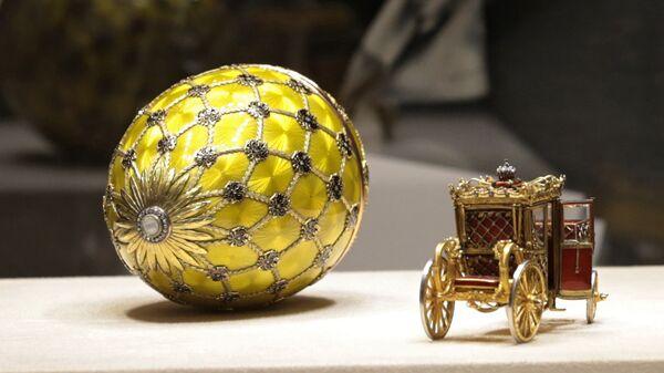 Золотое яйцо Фаберже с каретой - один из экспонатов музея Фаберже в Шуваловском дворце Санкт-Петербурга