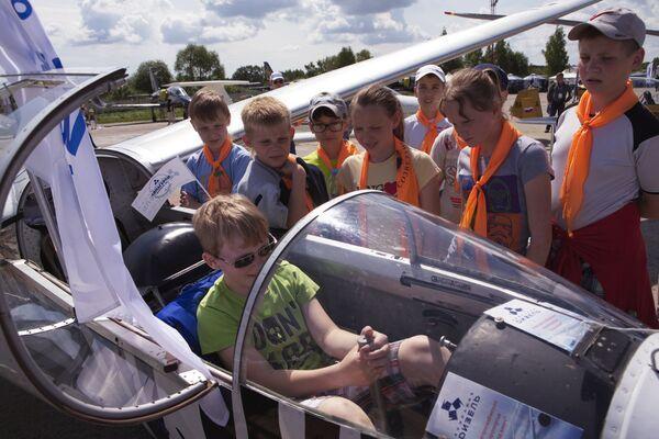 Посетители на авиасалоне малой и региональной авиации Авиарегион-2016 в аэропорту Туношна в Ярославской области