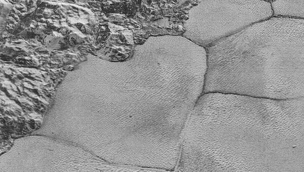Чешуйки и дюны на поверхности сердца Плутона