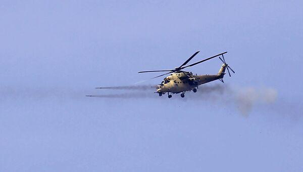Вертолет ВВС Ирака ведет огонь по позициям боевиков ИГ*. Архивное фото