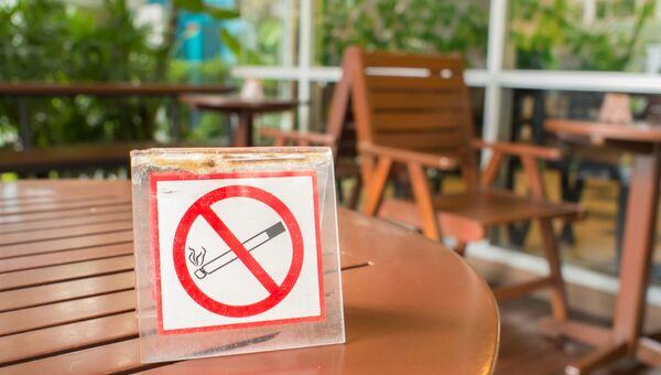 Знак Курение запрещено на столике в кафе