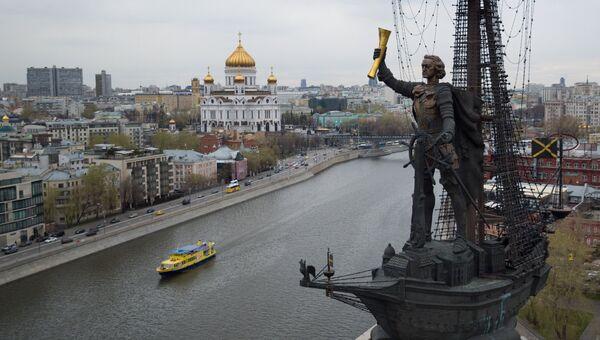 Пассажирский пароход на Москва-реке в районе Пречистенской набережной в Москве