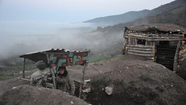 Карабахские военные армии обороны Нагорного Карабаха на первой линии обороны. Апрель 2016 года