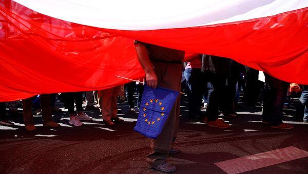 Человек с флагом ЕС на демонстрации в Варшаве
