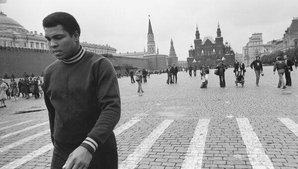 Легендарный американский боксер Мохаммед Али в Москве. Архивное фото