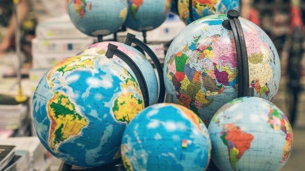 Глобусы в книжном магазине. Архивное фото