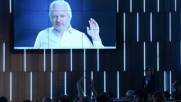 Журналист, основатель WikiLeaks Джулиан Ассанж (Австралия) выступает по видеосвязи во время третьей сессии Конец монополии: век открытой информации