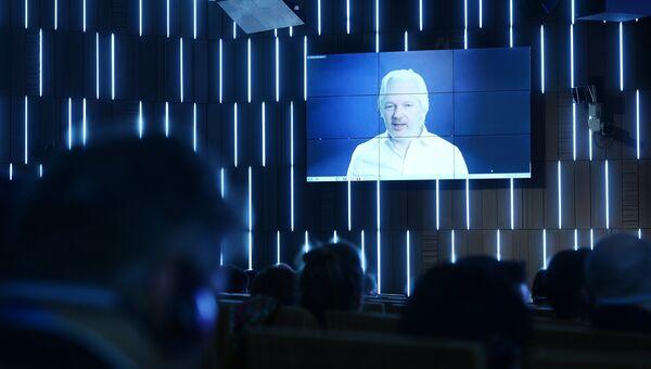 Основатель WikiLeaks Джулиан Ассанж выступает по видеосвязи. Архивное фото