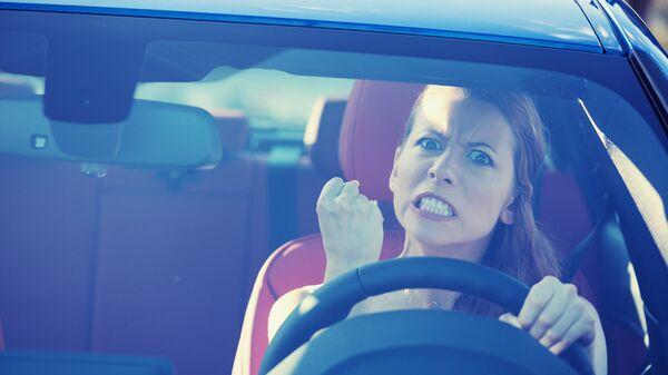 Агрессивная девушка за рулем