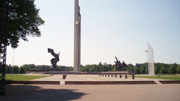Памятник Освободителям на площади Узварас в Риге, Латвия