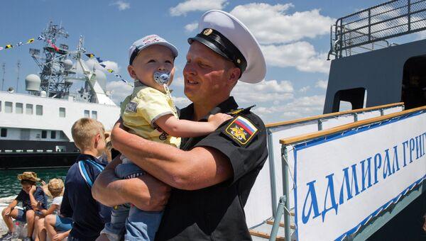 Член экипажа сторожевого корабля Адмирал Григорович во время прибытия корабля в Севастополь. Архивное фото