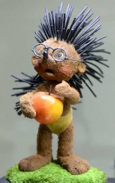 Кукла Ежик из мультфильма Чьи в лесу шишки? - экспонат Музея киностудии Союзмультфильм, которой исполняется 80 лет
