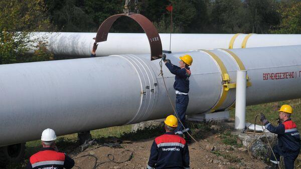 Сотрудники Укртрансгаза выполняют работы на трубопроводе недалеко от высокогорной газокомпрессорной станции Воловец в Закарпатской области