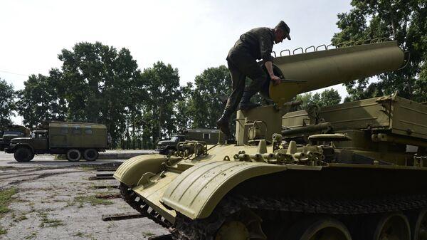 Военнослужащий на базе хранения, ремонта и восстановления военной техники в городе Новосибирске