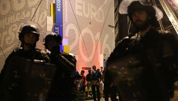 Полицейские во время беспорядков на одной из улиц Марселя. Архивное фото