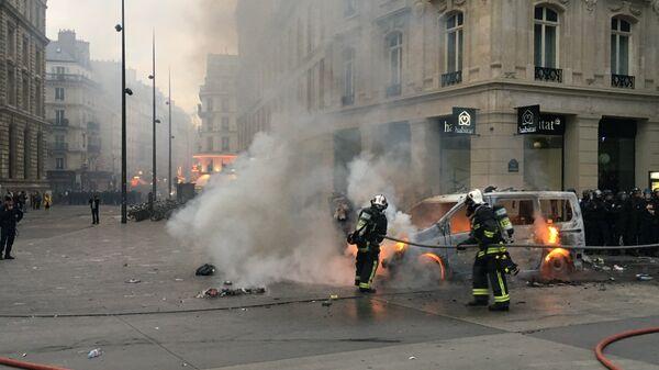 Протестующие против закона о труде на площади республики в Париже подожгли машину